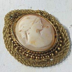 Vintage Right Facing Cameo Pendant Necklace